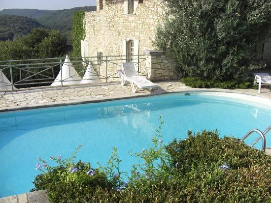 Clos d'Hullias: piscine et vieilles pierres