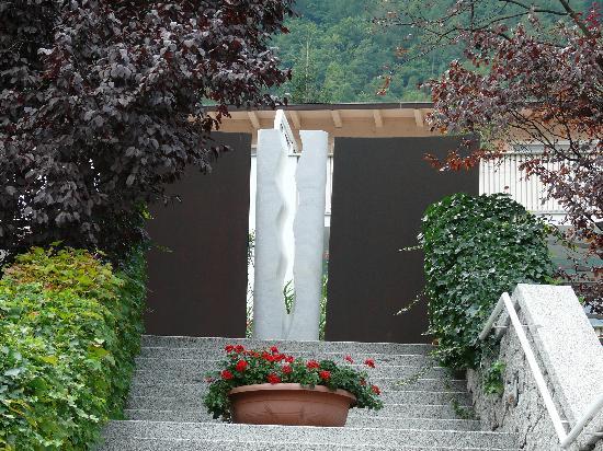 Hotel Marlena: Treppeneingang, Ausgang mit einer Plastik als Abschluss.