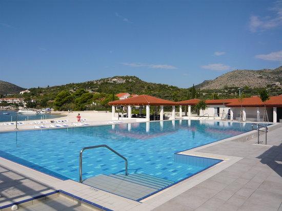 Admiral Grand Hotel: la piscine extérieure et la plage privée
