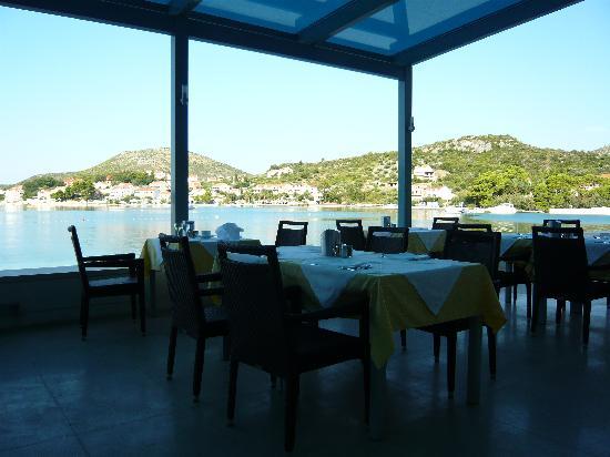 Admiral Grand Hotel : le restaurant extérieur en bord de mer