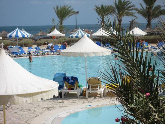 Winzrik Resort & Thalasso Djerba : piscine et la mer derrière