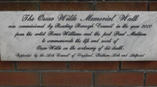 Kennet & Avon Canal: Oscar Wilde Walk next to Reading Gaol