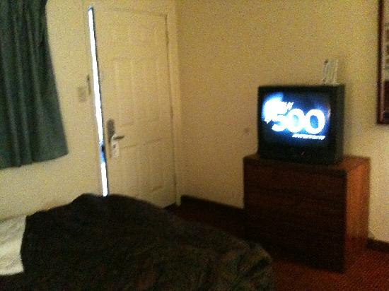 Knights Inn Flagstaff: door, bed