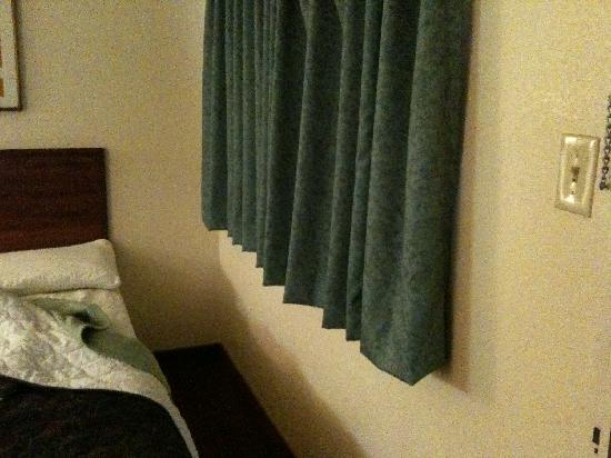 Knights Inn Flagstaff: bed next to the window outside