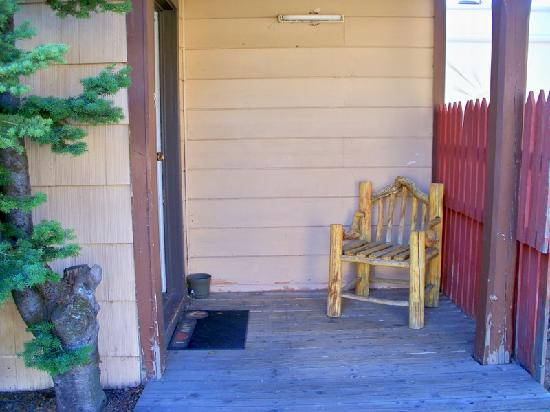 Pioneer Motel: Front porch of my room