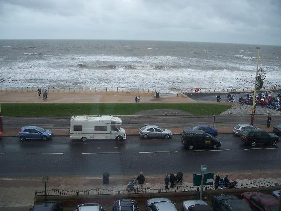 Queens Hotel : View from our room, although it was raining.