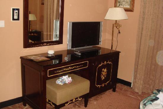 Manazel Al Ain Mercure: TV