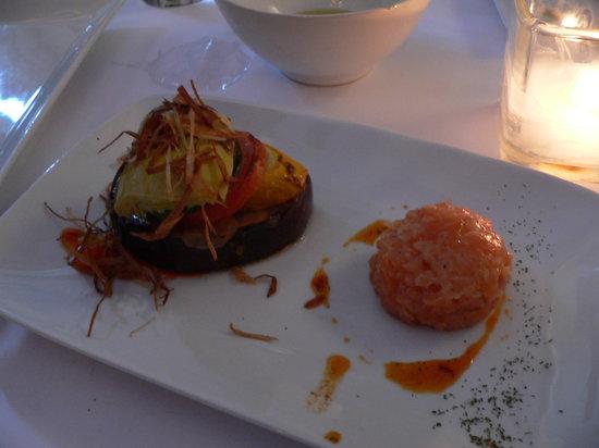 Pintxo: Stuffed fig with ham & cheese next to Salmon tartar