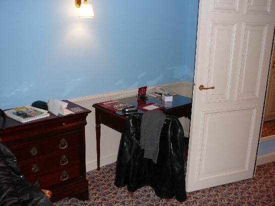 Le petit bureau de la chambre avec accès internet mais payant ...