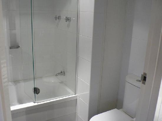 Vibe Hotel Gold Coast Bathroom