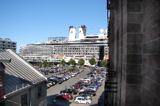 Auberge Saint-Antoine: Cruise ship photographed from hotel room