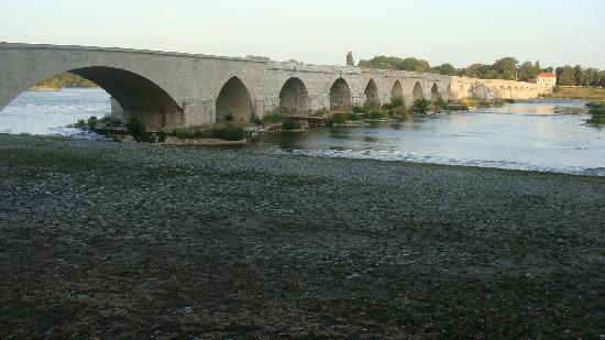 Hotel De La Sologne: Beaugency's  bridge over the Loire