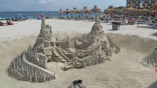 Hotel Tropico Playa: local sand sculptures
