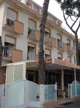 Hotel Aurelia: Facciata.. altra prospettiva