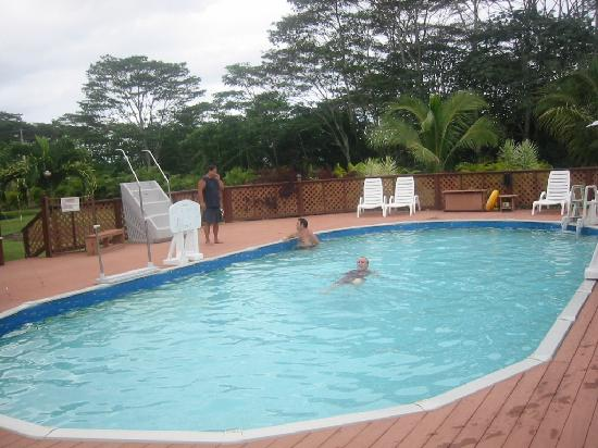 Hawaii Paradise Suite: Evening falls poolside