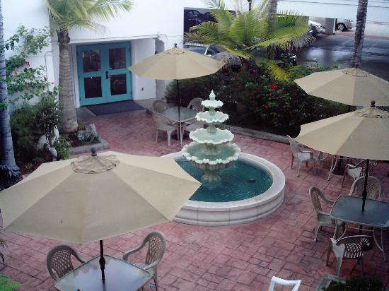 Best Western Plus Casablanca Inn : courtyard at the hotel
