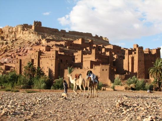 คาสบาห์แห่งเอทเบนฮัดโด: Ait Benhaddou To je eno izmed najbolje ohranjenih mest iz blata, znano kot prizorišče številnih