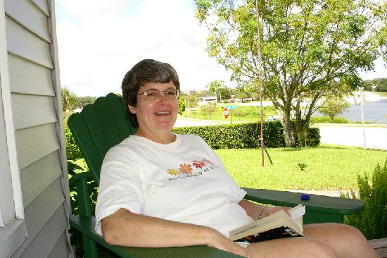 Lake Verona Lodge B&B: Sitting on the front porch, enjoying the breeze and the lake view
