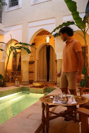 Riad Azoulay: the hall with the pool