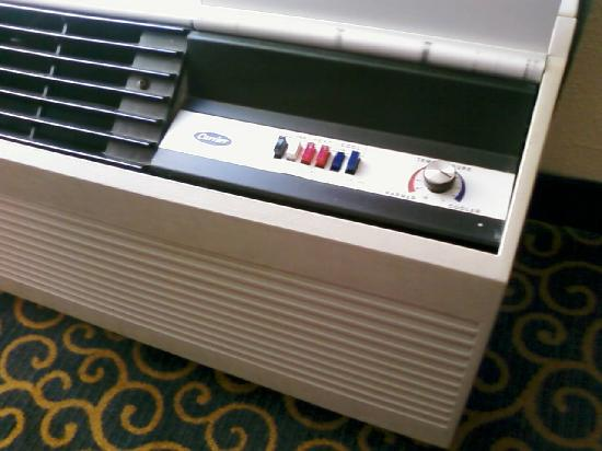 Hampton Inn Cincinnati Eastgate: Old-time AC Unit with control buttons