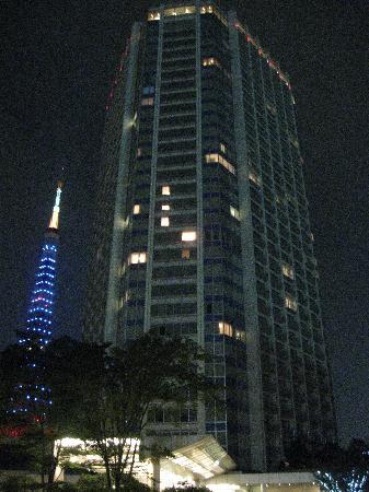 โรงแรมเดอะปรินท์ พาร์ค โตเกียว: Hotel by night.