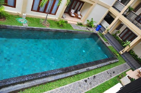 Kuta Townhouse Apartments: the swimming pool