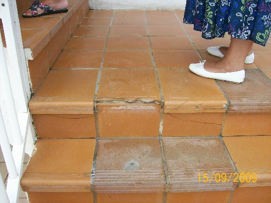 Club Hotel Nautilus: Dangerous paving