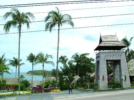 Bhundhari Spa Resort & Villas Samui: Beach side from road