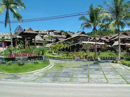 Bhundhari Spa Resort & Villas Samui: Hillside from Road