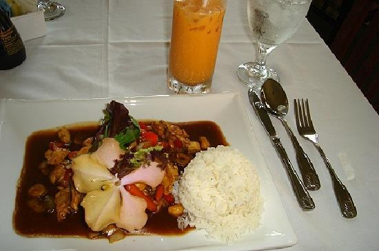 Oudom Thai & Sushi Restaurant : Cashew Chicken w/ Sweet Thai Tea
