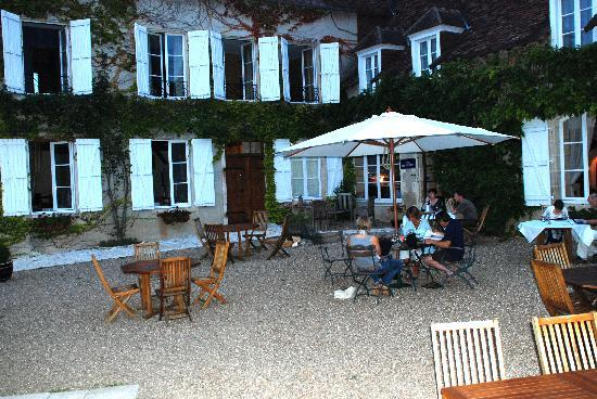 Le Relais du Lyon d'Or: Beautiful courtyard dining