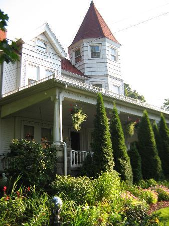 Kingsley House Bed and Breakfast Inn: A view of the front of Kingsley House