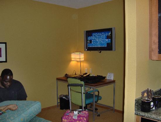SpringHill Suites Virginia Beach Oceanfront: desk area/flat screen tv