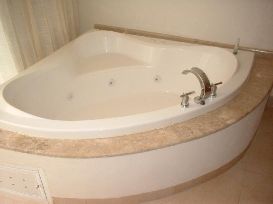 Ocean Spa Hotel: Jacuzzi Tub