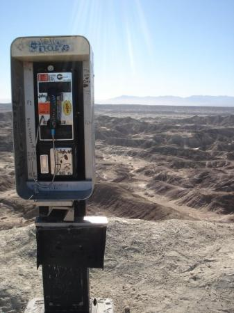Anza, Kalifornien: ?? Why is there a pay phone in the middle of the desert?