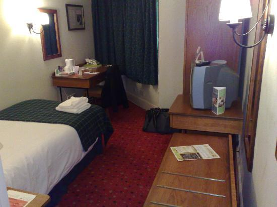 Innkeeper's Lodge Woking: My room - basic, shabby, noisy and cold