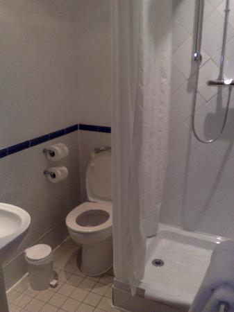 Innkeeper's Lodge Woking: Bathroom of Room 312 - clean and decent