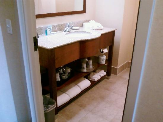 Hampton Inn Cincinnati - Kings Island: Updated bathroom vanity