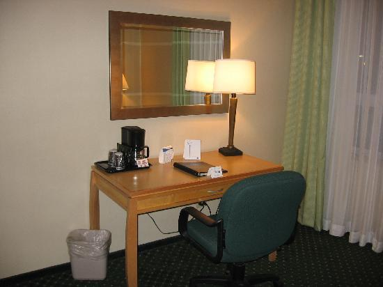 Fairfield Inn and Suites Belleville: Small desk and coffee maker