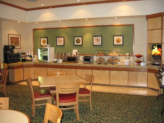 Fairfield Inn and Suites Belleville: Continental breakfast lounge