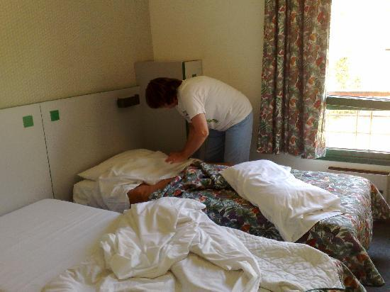 Kyriad Dieppe : Having to remake bed due to pubic hair in the bed sheets