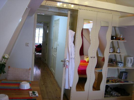 CityCenter Bed and Breakfast Amsterdam: armario de la habitacion