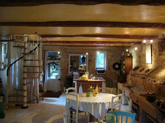 Reviers, France: The breakfast room