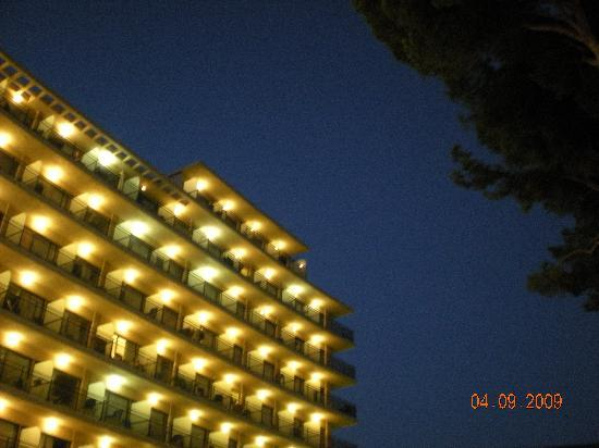 Grupotel Playa Camp de Mar: Hotel at night