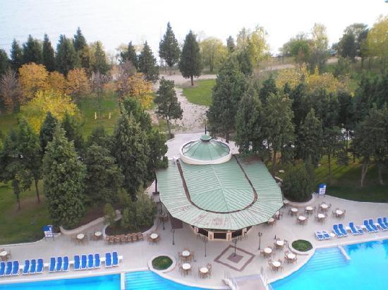 Sol Nessebar Palace: Blick auf Pool und Park