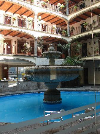 Hotel Posada Guadalajara: fountain view from lobby
