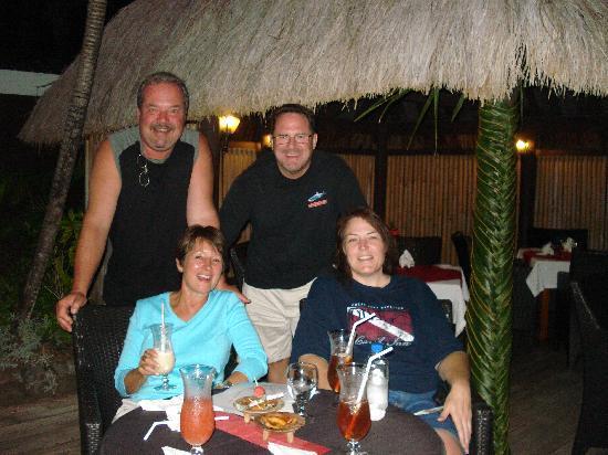 วานานาวูบีชรีสอร์ท: Four VERY happy, satisfied travelers having a blast.
