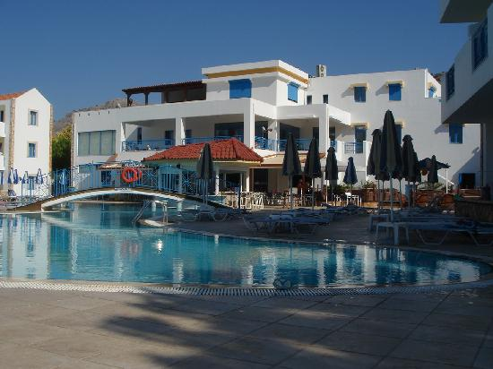 ‪‪Pefkos‬, اليونان: Resort poolside in morning‬