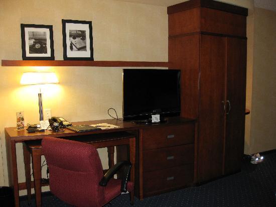 Courtyard Dunn Loring Fairfax : Closet and desk area with flat-screen tv.
