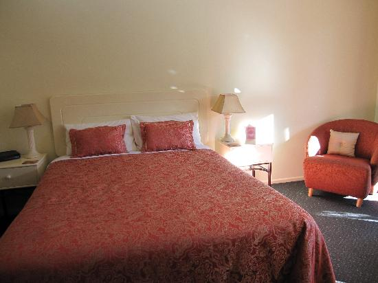 Tuscana Motor Lodge: Bed with quality linen